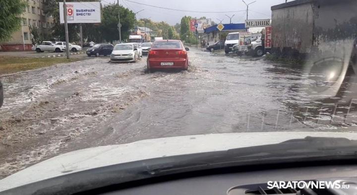 Непогода парализовала движение в Саратове