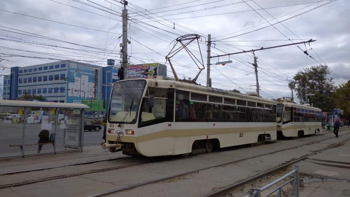 Обесточенный трамвай прервал движение пяти маршрутов общественного транспорта