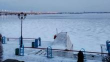 Мужчина и женщина чуть не провалились под лед на набережной Саратова