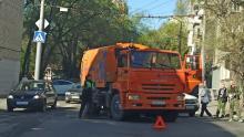 Поливальная машина и иномарка блокировали улицу Лермонтова в Саратове