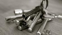 Житель Энгельса угрожал женщине ключами и отнял 100 рублей